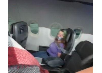 VIDEO: amarran a una mujer que entró en crisis en pleno vuelo