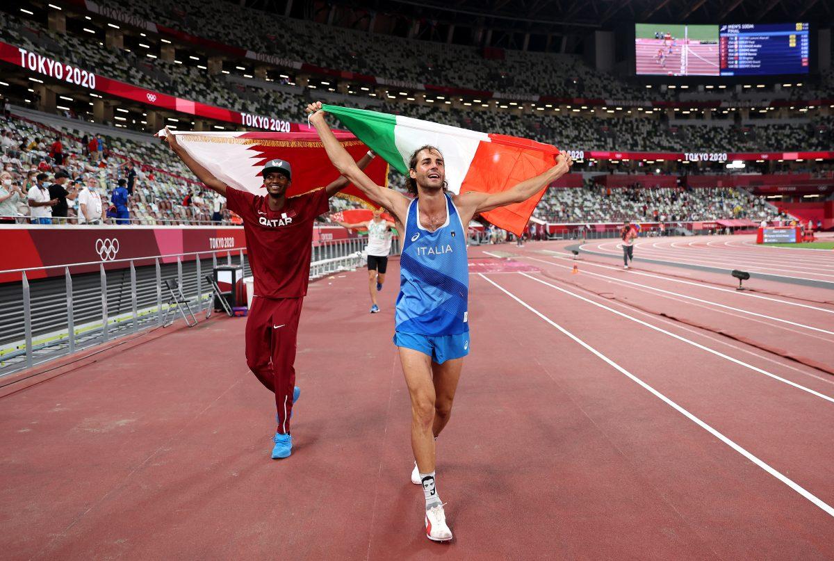 Un atleta italiano y otro catarí renunciaron al desempate y entre abrazos y mucha alegría celebran el oro olímpico en el salto de altura
