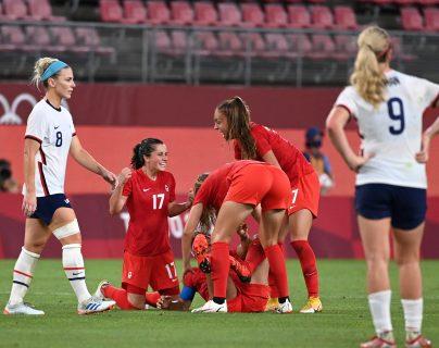 Las jugadoras de Canadá celebran el pase a la final del futbol olímpico después de haberle ganado a Estados Unidos en los Juegos Olímpicos de Tokio 2020. Foto Prensa Libre: AFP.