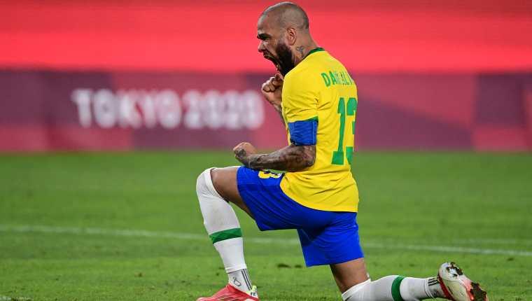 El defensor brasileño Dani Alves ha sido pieza clave en la Selección de Brasil que compite en los Juegos Olímpicos de Tokio 2020. Foto Prensa Libre: AFP.