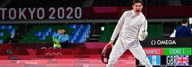 Charles Fernández celebra en uno de los combates de la serie de clasificación en esgrima del pentatlón moderno. Foto Prensa Libre: AFP.
