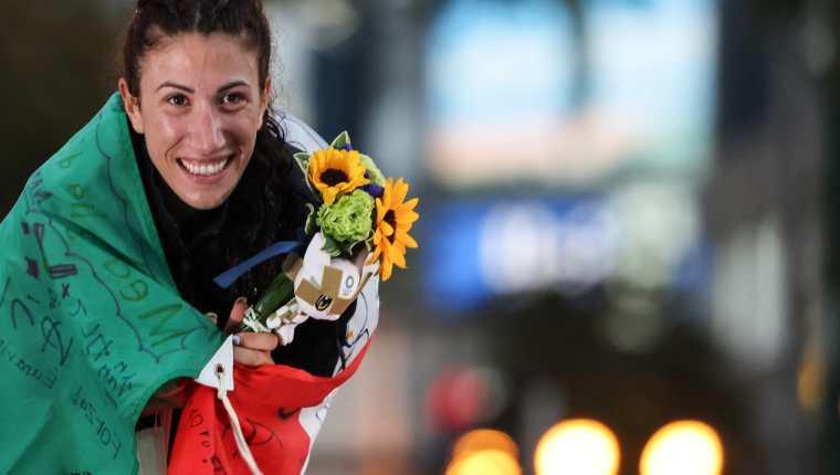 Antonella Palmisano celebra en el podio de los 20 kilómetros de marcha atlética. Ganó la medalla de oro. Foto Prensa Libre: AFP.