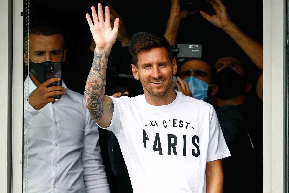 Leo Messi está ya en París y saluda a los aficionados del PSG que viven una auténtica locura