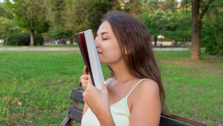 ¿Disfrutas del aroma de un libro? (GETTY IMAGES)