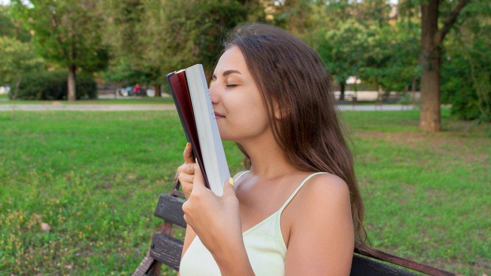 ¿Por qué los libros huelen tan bien? La ciencia tiene la respuesta