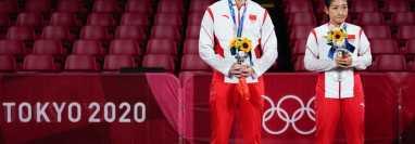 Para algunos internautas chinos, la medalla de plata de Xu Xin (izquierda) y Liu Shiwen en tenis de mesa no alcanzó. Getty Images