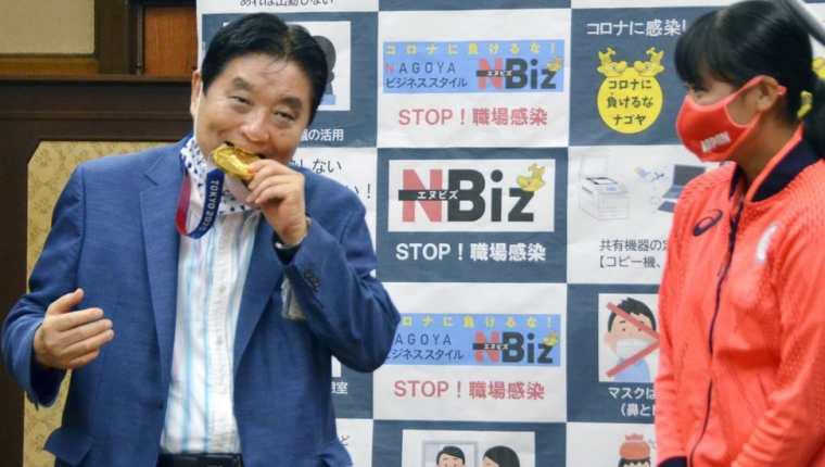 El alcalde Takashi Kawamura mordió la medalla de Miu Goto en un evento la semana pasada.