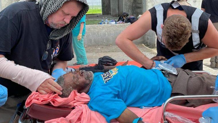Etienne resultó herido después de que su casa se derrumbara por el terremoto.