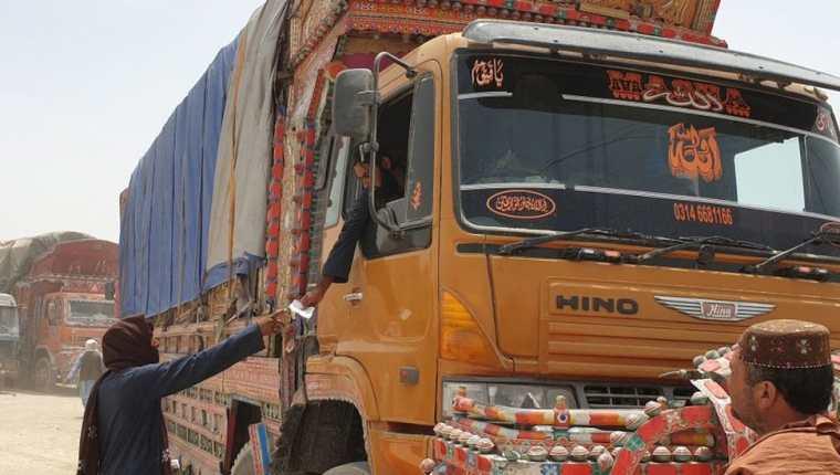 La recaudación de impuestos ilegales para permitir el paso de mercancías genera millones en Afganistán. (GETTY IMAGES)