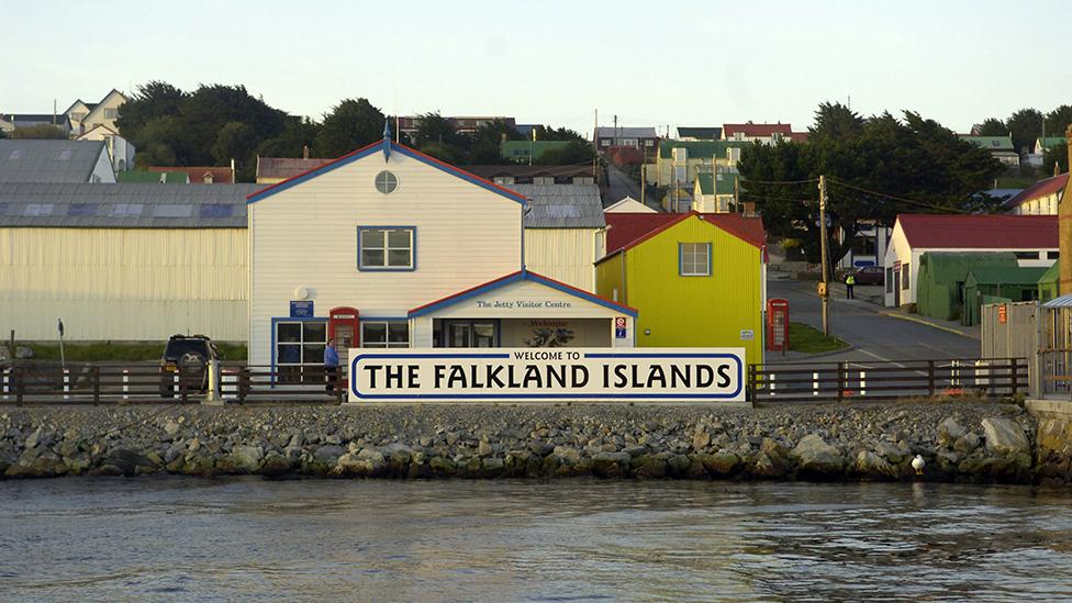 """Por qué la construcción de un nuevo puerto británico en las islas Malvinas/Falklands ha desatado una """"polémica antártica"""""""