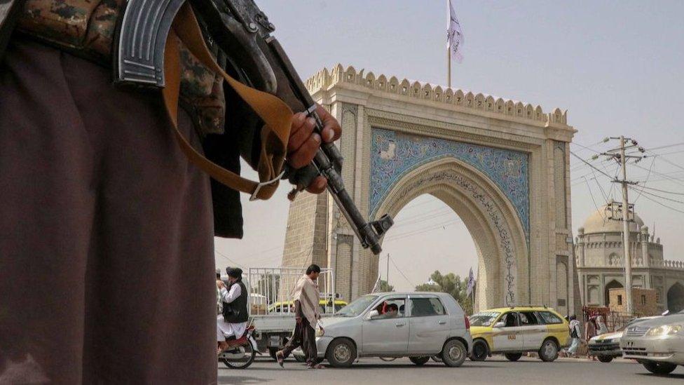 Los talibanes confirman que permitirán que las mujeres estudien, pero separadas de hombres