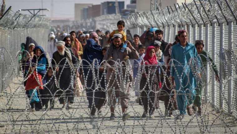 Un gran número de afganos han intentado abandonar el país desde que los talibanes llegaron al poder.  (IMÁGENES FALSAS)