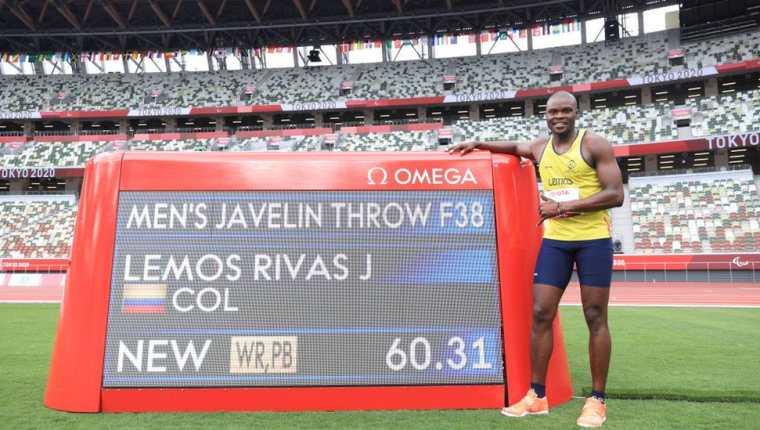 El colombiano José Lemos señala el tablero con su marca. (GETTY IMAGES)