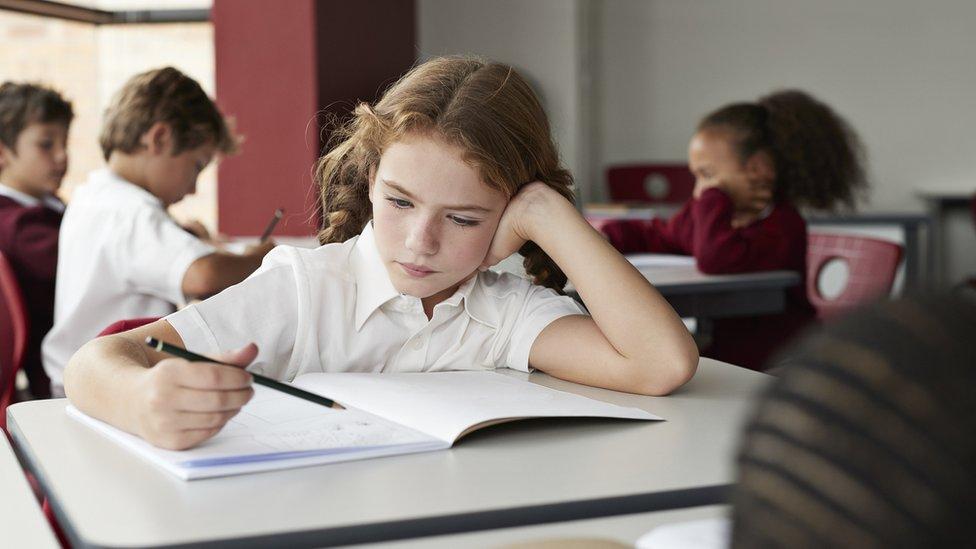 Por qué los escolares aprenden mejor cuando no tienen que estar quietos y sentados en sus escritorios