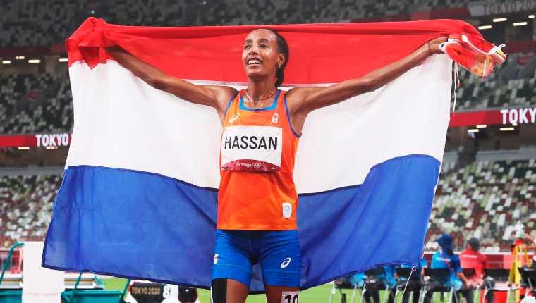 Sifan Hassan celebra la victoria en la final femenina de los 5,000 metros planos de los Juegos Olímpicos de Tokio 2020. Foto Prensa Libre: EFE.