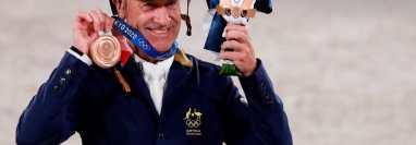 Andrew Hoy de Australia posa para la foto con su medalla de bronce en los eventos ecuestres  de Tokio 2020. Foto Prensa Libre: EFE.