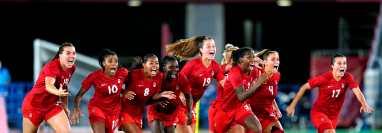Canadá celebra la obtención de su primera medalla de oro en el futbol olímpico. Prensa Libre (EFE)