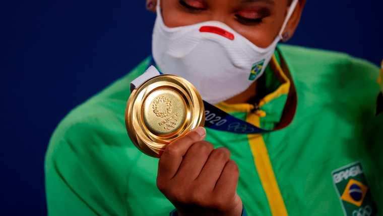 La brasileña Rebeca Andrade celebra una de las medallas obtenidas por Brasil. Foto Prensa Libre (EFE)