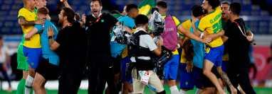Los jugadores brasileños celebran tras vencer a España en la final de fútbol masculino de los Juegos Olímpicos 2020, este sábado en el Estadio Internacional de Yokohama. Prensa Libre (EFE)