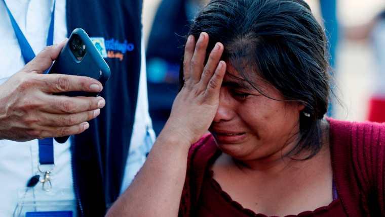 Una migrante llora en El Ceibo al enterarse de que fue deportada desde EE. UU. directamente a Guatemala sin tener la posibilidad de pedir asilo. (Foto Prensa Libre: EFE)