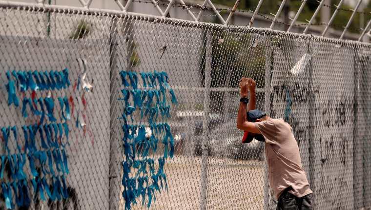 Un hombre espera noticias de un familiar recluido en el área emergencia del hospital temporal del Parque de la Industria. Fotografía: EFE/Esteban Biba.