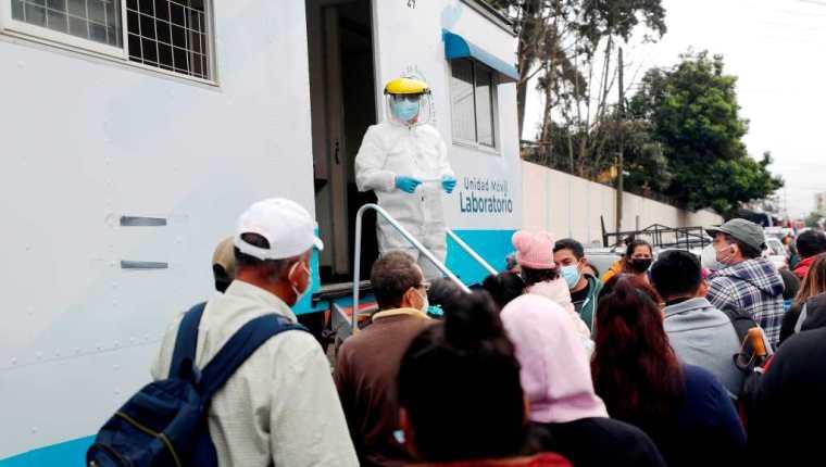 Un enfermero informa los resultados de pruebas de detección de la covid-19, el 25 de agosto de 2021, en un laboratorio móvil en la colonia El Guarda, en la ciudad capital. (Foto Prensa Libre: EFE)