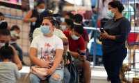 TEG01. TEGUCIGALPA (HONDURAS), 27/08/2021.- Ciudadanos esperan para realizarse una prueba de detección de coronavirus, el 25 de agosto de 2021, en un Centro de Triaje y Estabilizacion de Tegucigalpa (Honduras). Con el 97 % de ocupación hospitalaria a causa de la covid-19, Guatemala es actualmente el país más afectado por la pandemia en Centroamérica, donde el proceso de vacunación avanza a dos tiempos con El Salvador, Panamá y Costa Rica a la cabeza. EFE/ Gustavo Amador