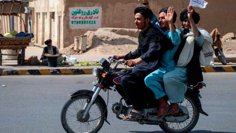 Talibanes celebran la retirada de las fuerzas estadounidenses por las calles de Kandahar, Afganistán. (Foto Prensa Libre: EFE)