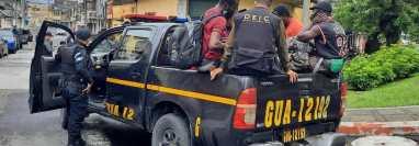 Agentes de la Policía Nacional Civil localizaron a 41 indocumentados en zona 6 de la capital. (Foto Prensa Libre: PNC)