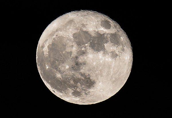 La insólita teoría que afirma que la Luna es una antigua nave diseñada por alienígenas
