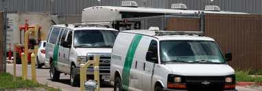 Las camionetas de la Patrulla Fronteriza salen del Centro de Procesamiento Central de la Patrulla Fronteriza de los EE. UU. en McAllen, Texas, EE. UU. (Foto Prensa Libre: EFE)