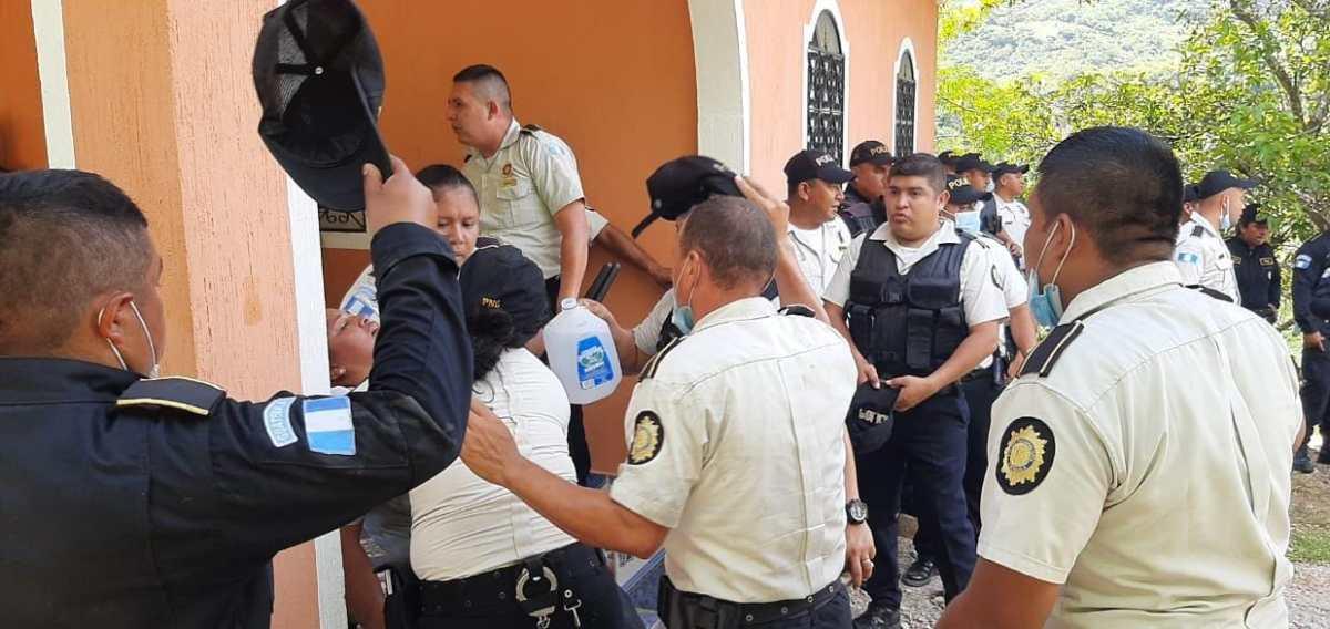 Video: 22 agentes de la PNC resultan heridos durante bloqueo en puente Jupilingo en Camotán