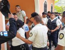 Varios agentes de la PNC resultaron heridos durante un enfrentamiento con pobladores que bloquean el paso sobre el puente Jupilingo, en Camotán, Chiquimula. (Foto Prensa Libre: PNC)