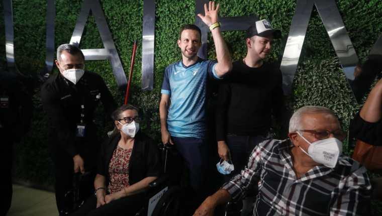 Kevin Cordón junto con sus papás y hermano, en su arribo al aeropuerto La Aurora después de haber conseguido el cuarto lugar en Tokio 2020. Foto Prensa Libre: Esbin García.