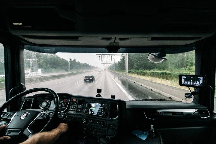 Un camión toma electricidad de cables elevados mientras recorre 5 kilómetros por una autopista al sur de Fráncfort, Alemania, el 9 de julio de 2021. (Felix Schmitt/The New York Times).