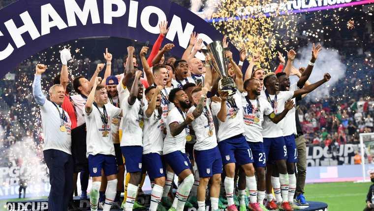 El equipo de Estados Unidos festeja con el trofeo de Copa Oro. (Foto Prensa Libre: AFP)