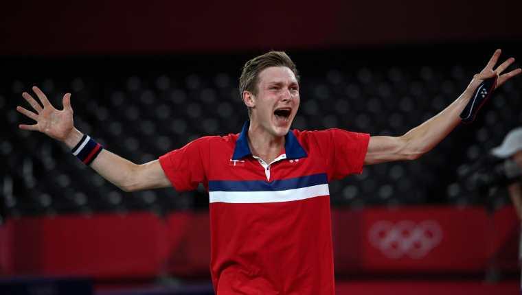 El danés Viktor Axelsen celebra después de haber batido al chino Chen Long en la final masculina de bádminton de los Juegos Olímpicos de Tokio. Foto Prensa Libre: AFP.
