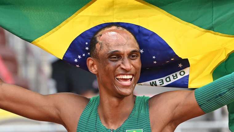 Alison Dos Santos celebra después de competir en la final de los 400m masculinos en los Juegos Olímpicos de Tokio 2020. Foto Prensa Libre: AFP.