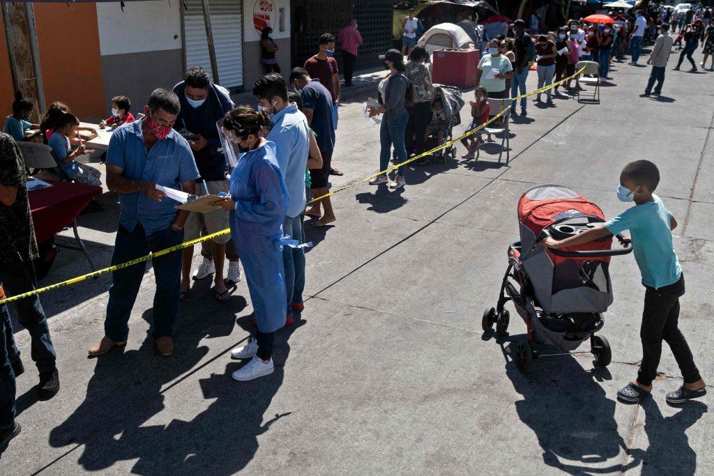El gobierno de Biden estudia vacunar contra el coronavirus a los migrantes que cruzan la frontera con México