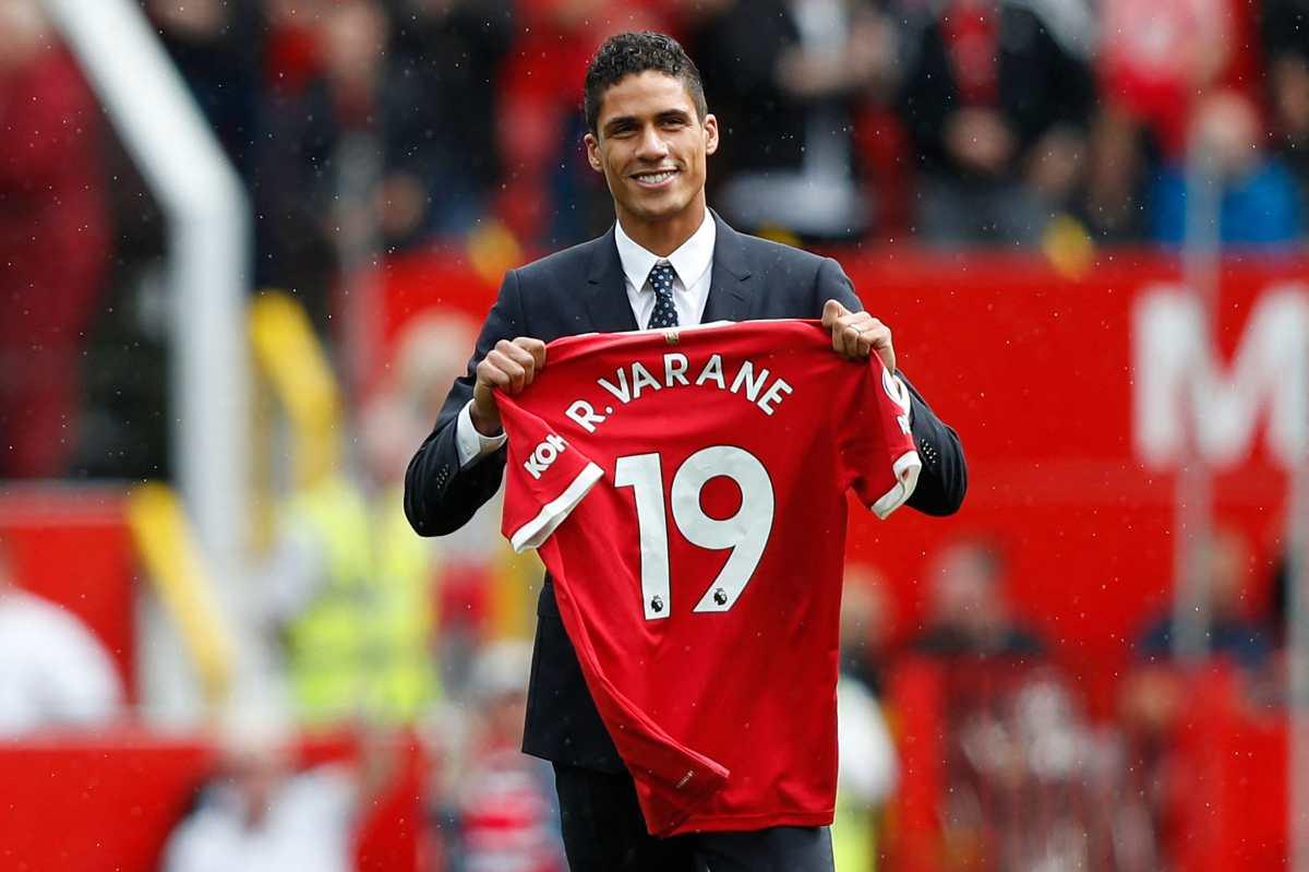 El Manchester United presenta a Raphael Varane ante sus aficionados en Old Trafford