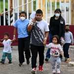 Cada vez son más jóvenes de 15 a 19 años los que migran, según reconoce Unfpa. (Foto Prensa Libre: EFE)