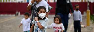Migrantes arriban a la frontera de El Ceibo, en Petén, a donde son devueltos desde México, procedentes de EE. UU. (Foto Prensa Libre: AFP)