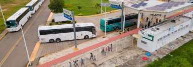 Buses con migrantes guatemaltecos y centroamericanos cruzan el paso fronterizo de El Ceibo, en Petén, para ser abandonados a su suerte. (Foto Prensa Libre: AFP)