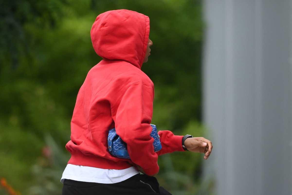Mbappe causa intriga en España al salir de entrenar con el PSG cargando una bolsa de sus cosas
