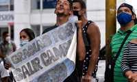 Un venezolano, seguidor del argentino, Lionel Messi, sostiene un cartel en donde le agradece por haber salido campeón en la Copa América. El astro argentino llegó este 31 de agosto para jugar ante Venezuela en las eliminatorias sudamericanas. Foto Prensa Libre: AFP.