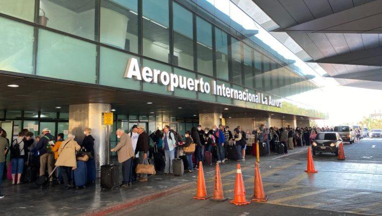 Aeronáutica explica cómo funciona el laboratorio de pruebas covid-19 en el Aeropuerto La Aurora, pero Salud asegura que aún no está habilitado