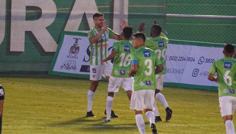 Así festejaron los jugadores de Antigua GFC el gol que significó la victoria y el liderato. (Foto Prensa Libre: Twitter @andresNadf )