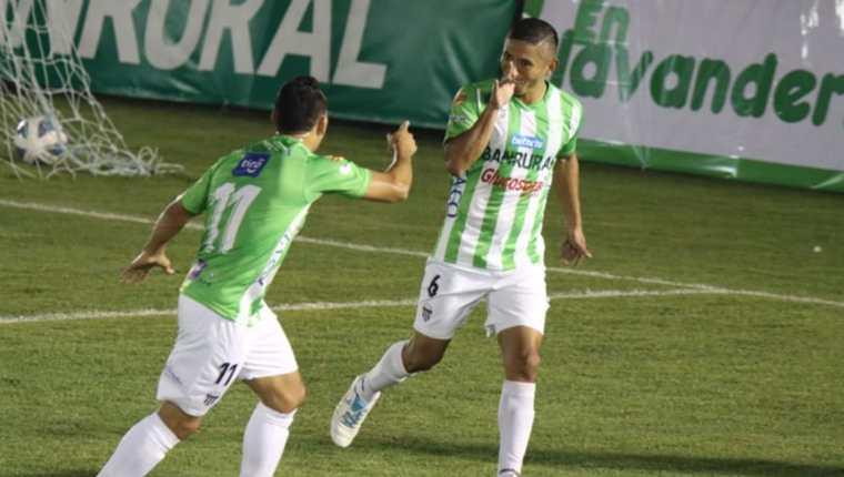 Carlos Mejía celebra una de las dos anotaciones que consiguió en la victoria 4-0 ante Xelajú. (Foto Prensa Libre: FutbolerosGT)
