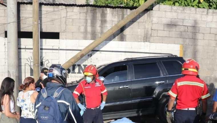 La persona arrollada ya no pudo ser auxiliada por socorristas debido a la gravedad de las heridas. (Foto Prensa Libre: Bomberos Municipales)