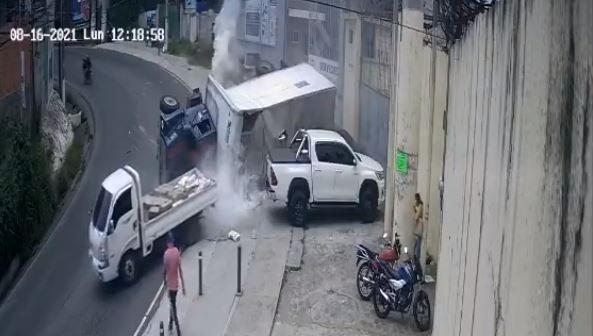 VIDEO: Camión vuelca y casi arrolla a pilotos y transeúntes en Villa Nueva